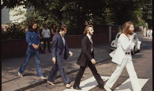 """Músicos de """"Let it be"""" recrean foto de los Beatles del álbum Abbey Road"""