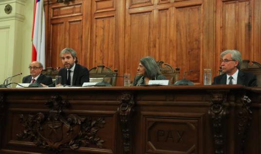 "Presenta filial de FCE colección ""Historia Política de Chile"""