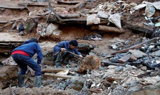 Al menos 57 personas continúan enterradas por deslaves