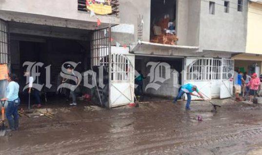 Por lluvias y basura, se desborda río en Izúcar de Matamoros
