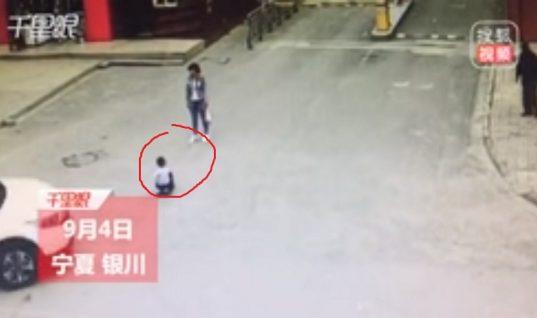 Camioneta arrolla a pequeño que jugaba en la calle