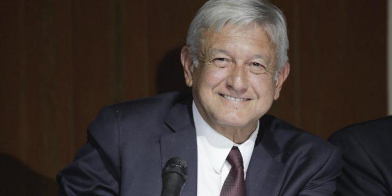 Felicitan a López Obrador por su cumpleaños… en las puertas de su casa
