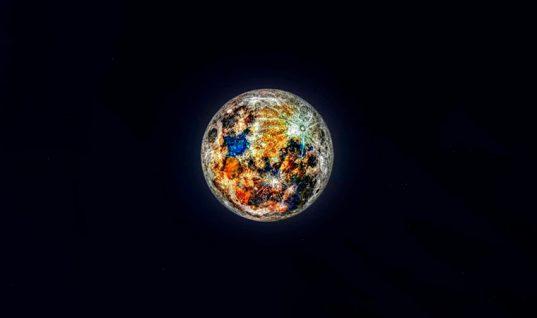 La impresionante fotografía que reveló los colores de la Luna