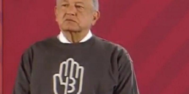 AMLO posa con playera alusiva al caso Ayotzinapa durante la mañanera