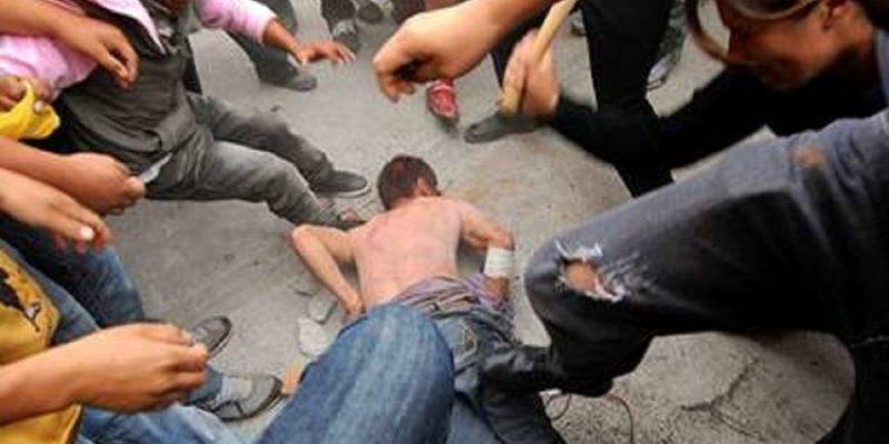 Pobladores golpean y atan a un poste a ladrón en Santo Tomás Chautla