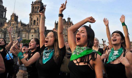 Mexicanas se suman y cantan también 'Un violador en tu camino'